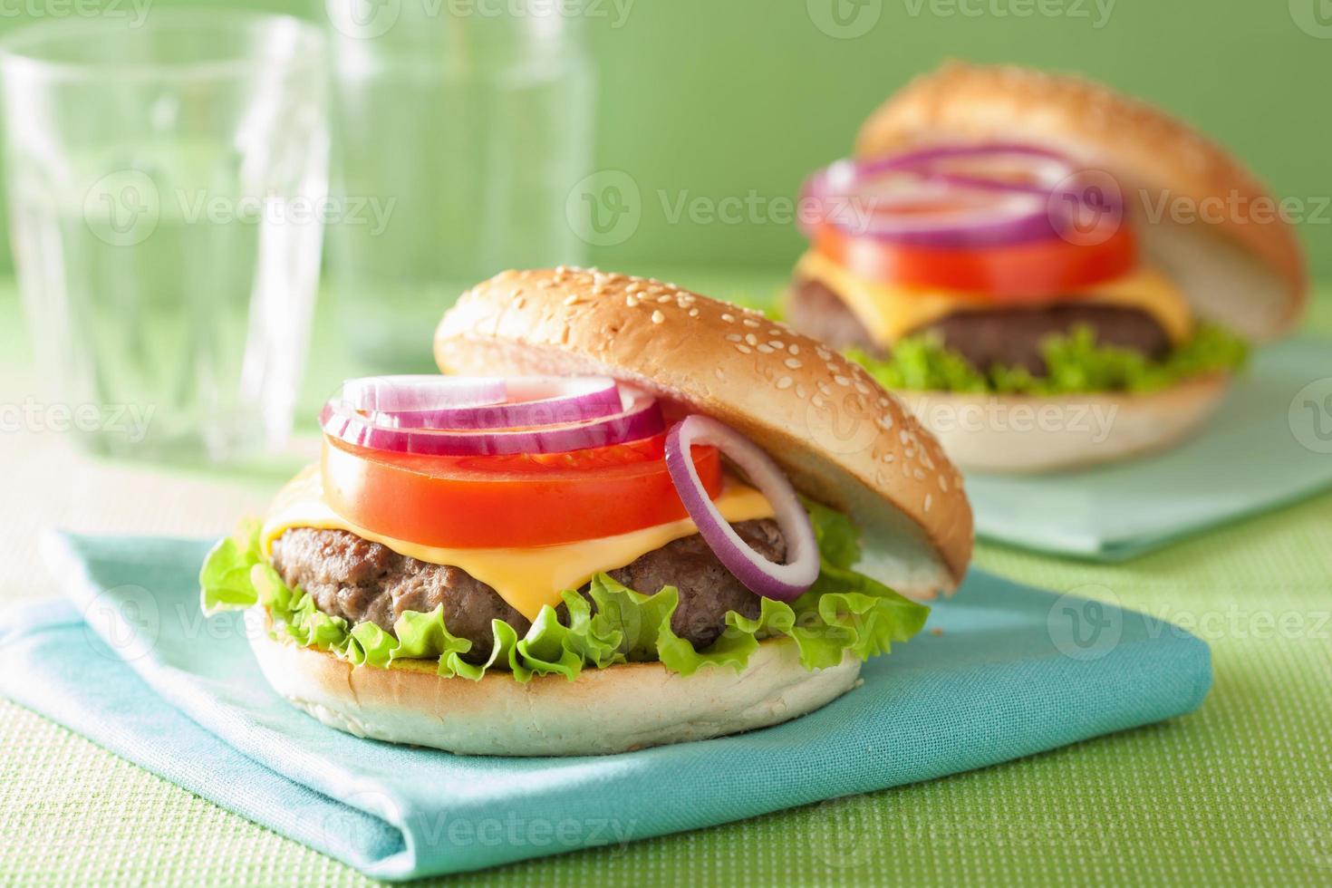 cheeseburger con manzo tortino lattuga pomodoro cipolla foto
