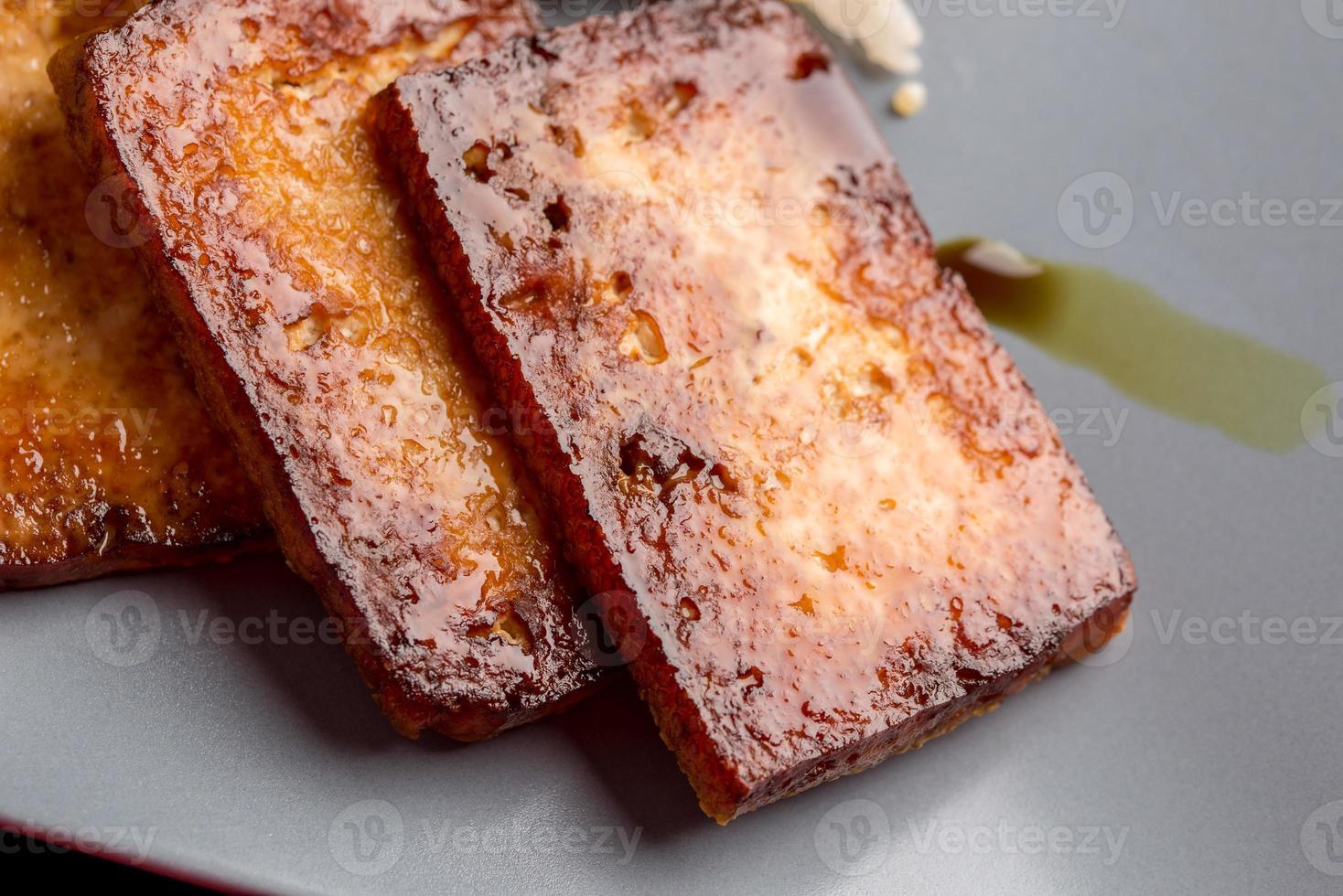 primo piano del tofu marinato sostenuto foto