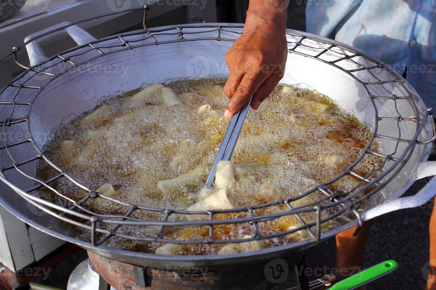 friggere il tofu con olio caldo. foto
