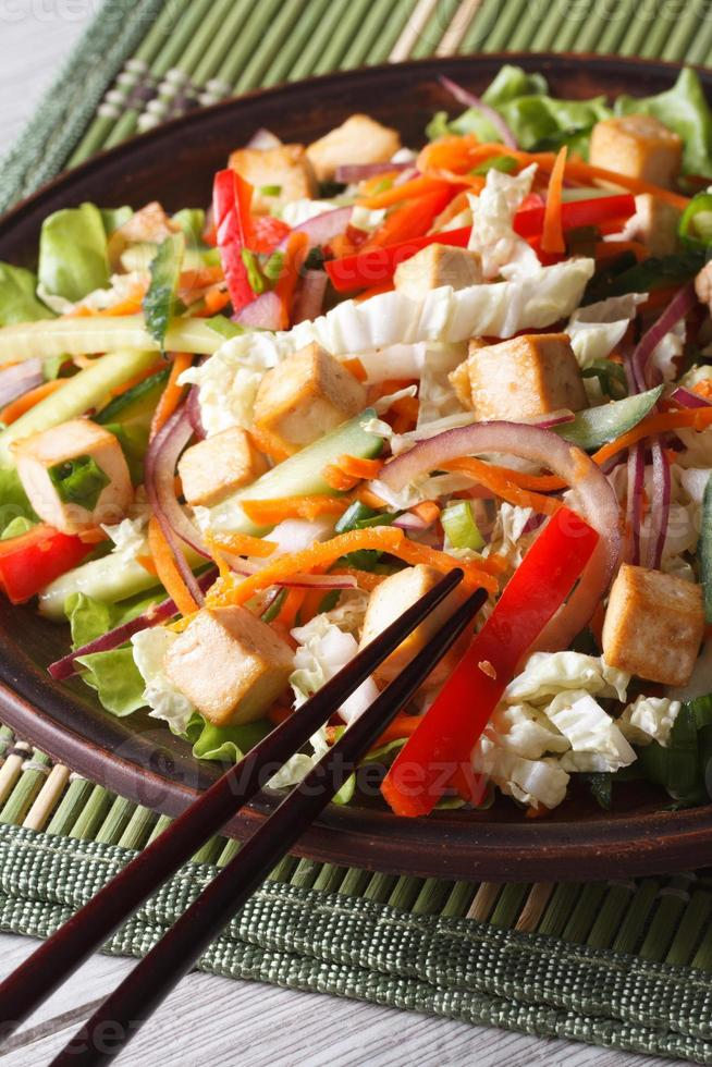 insalata dietetica con tofu e verdure fresche verticali foto
