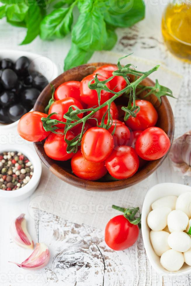 pomodori e mozzarella con foglie di basilico foto