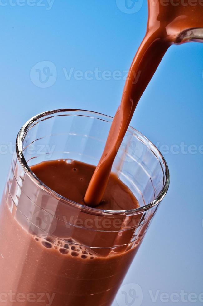 versando il latte al cioccolato foto