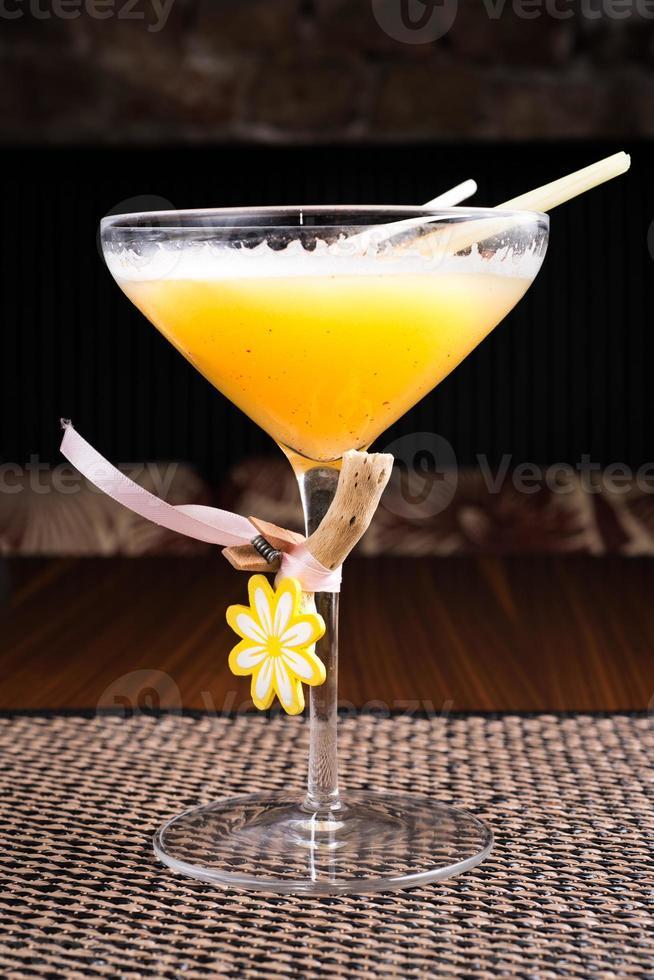 cocktail alcolico in un ristorante di sushi su una scrivania scura foto