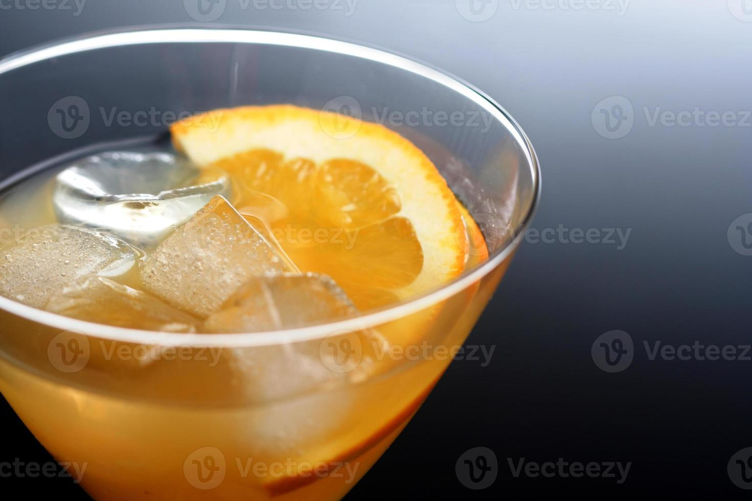 colpo dello studio della bevanda in vetro di martini foto