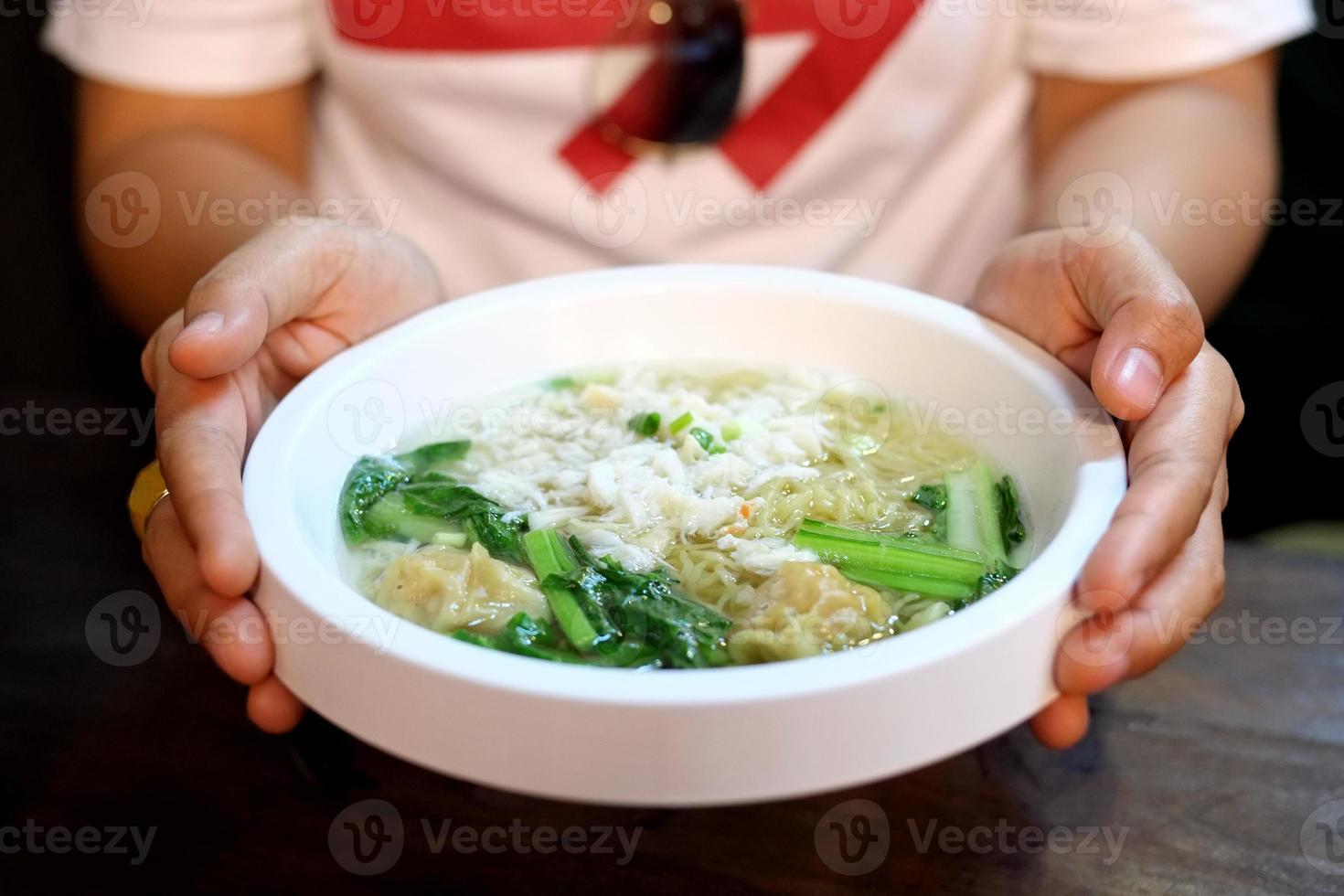 zuppa cinese di pasta e wonton con polpa di granchio foto