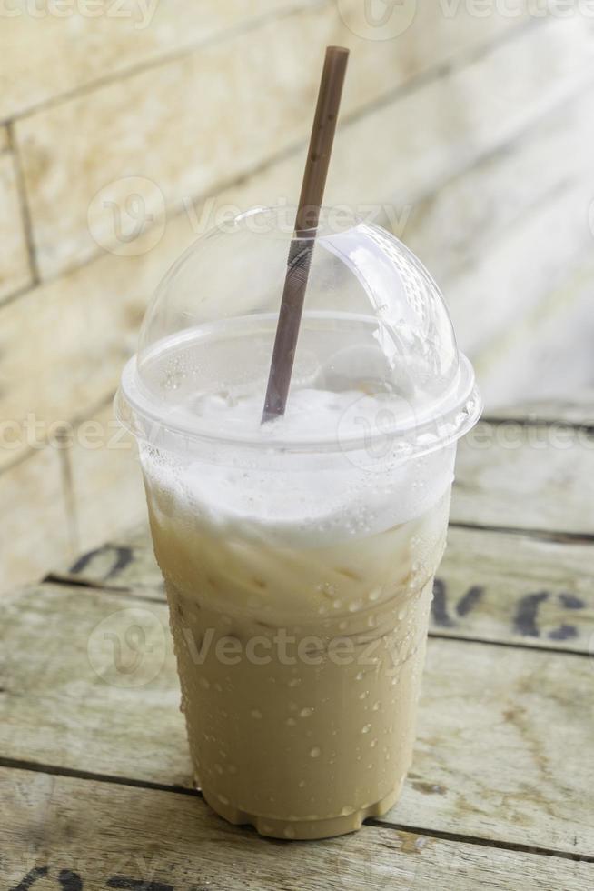 togliere il cappuccino di ghiaccio in un bicchiere di plastica foto