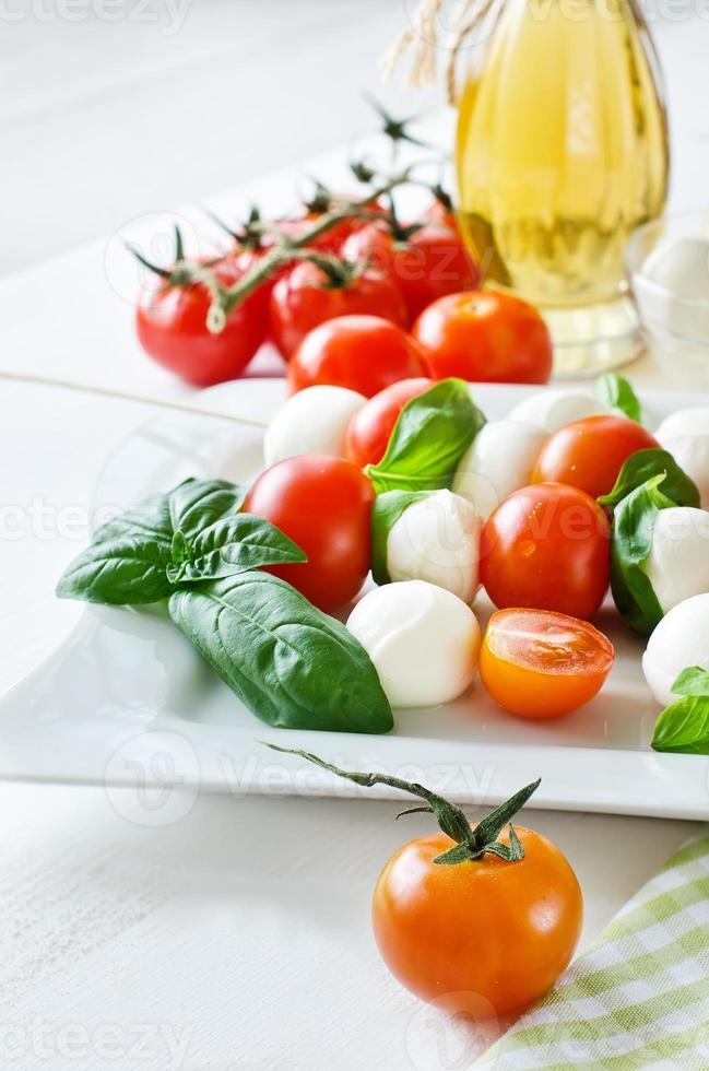 palline di mozzarella con basilico, pomodori e balsamico, caprese foto