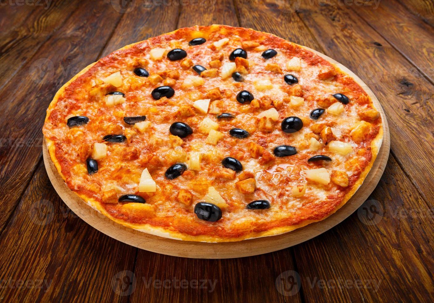 deliziosa pizza con ananas, pollo e olive foto