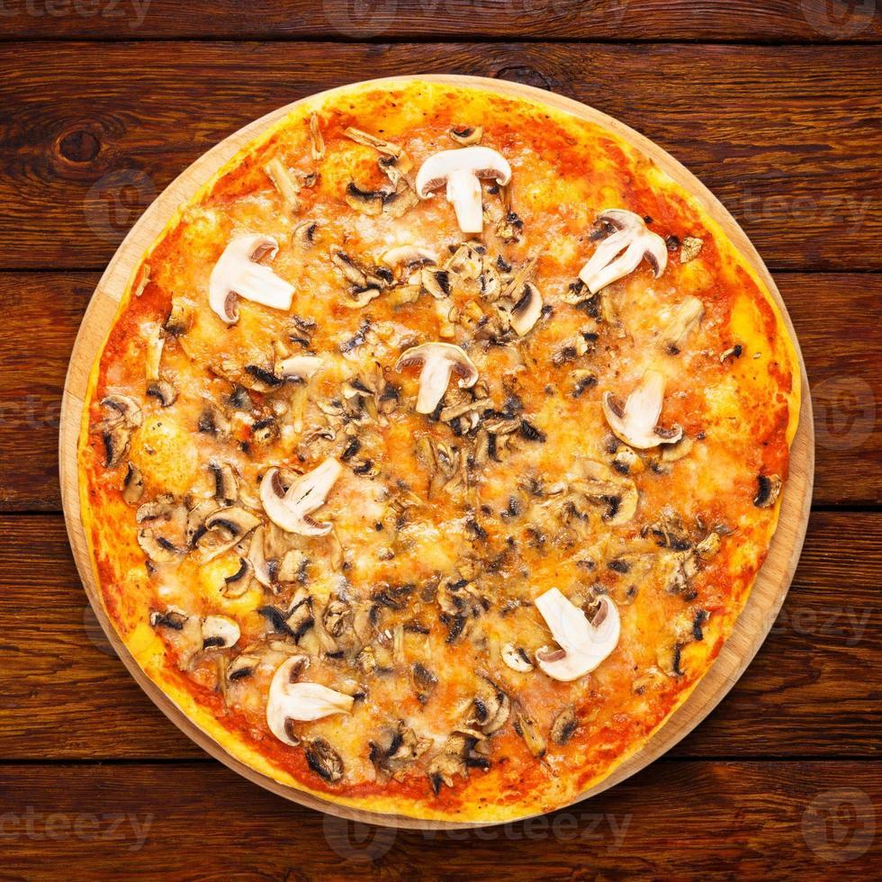 deliziosa pizza con funghi e pollo affumicato foto