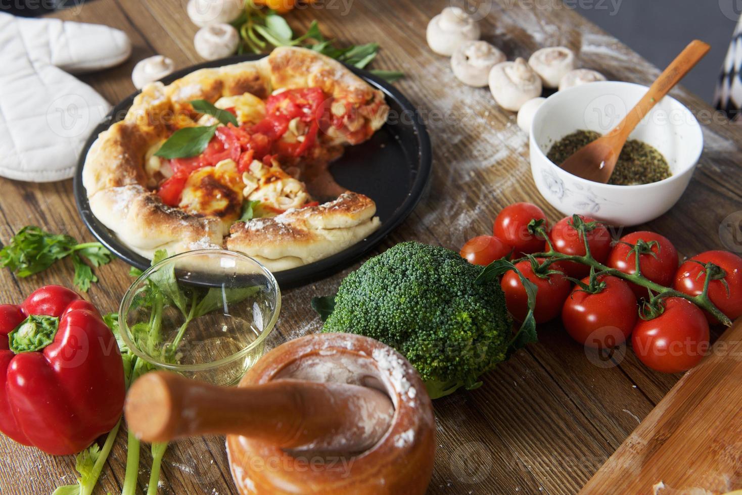 Pizza Margarita fatta in casa sul tavolo foto