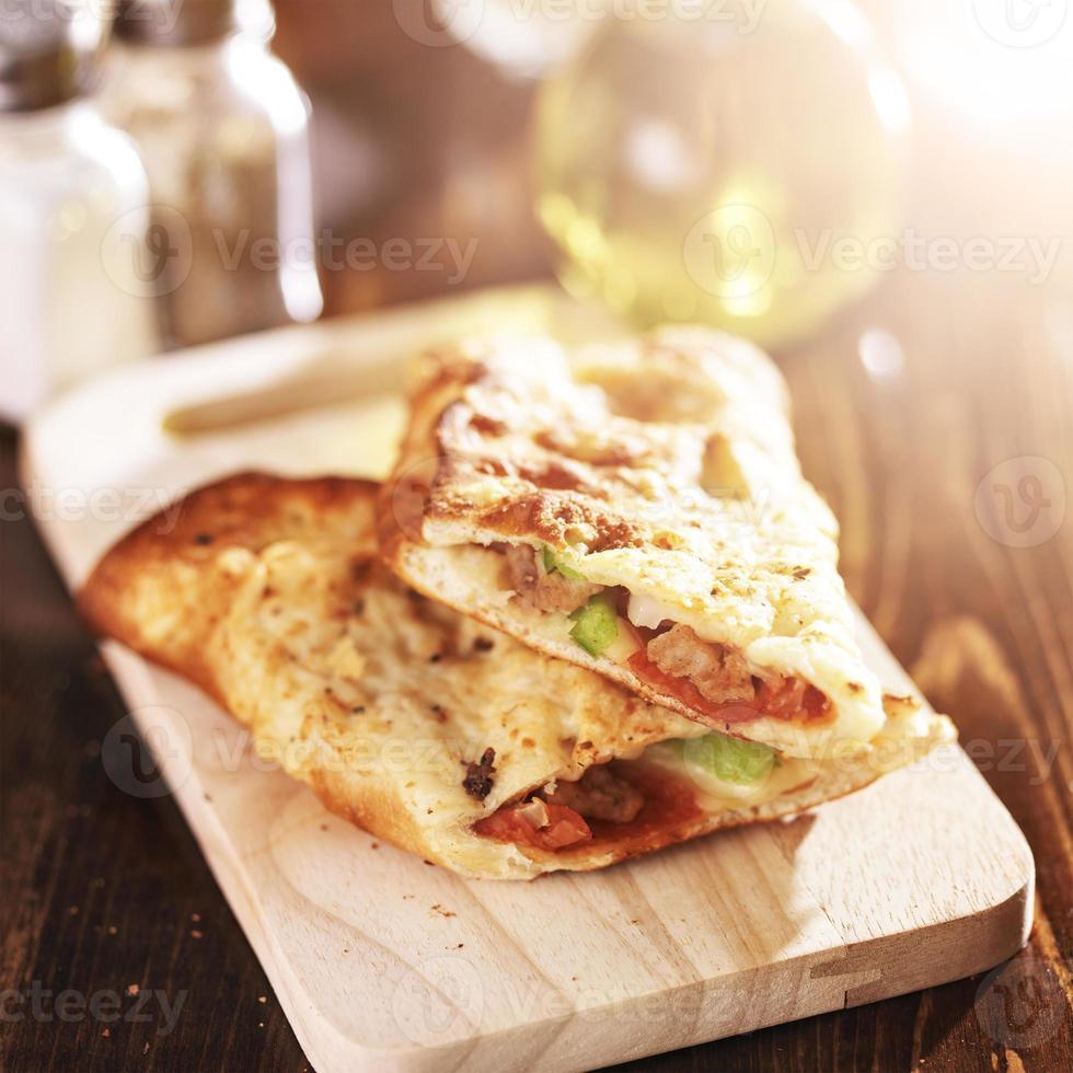 sandwich italiano ripieno di stromboli foto