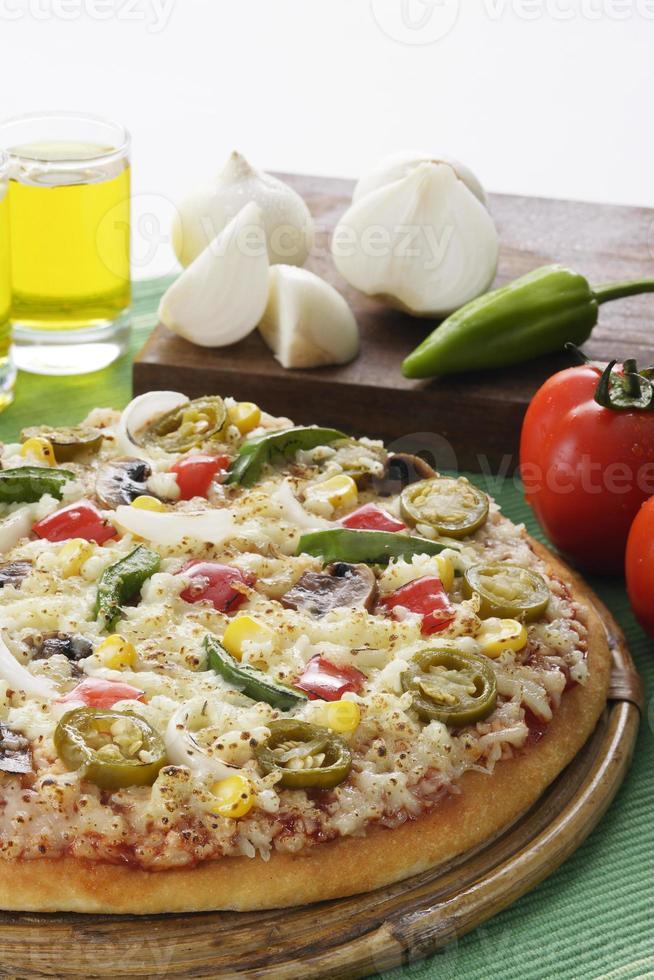 deliziosa pizza con verdure che la circondano nella cornice. foto