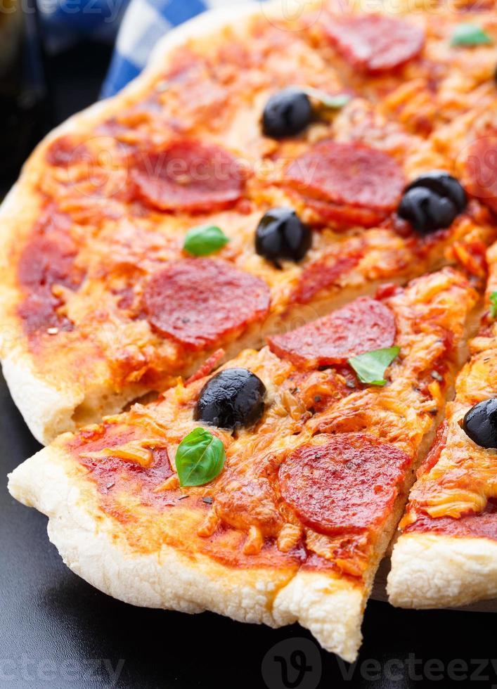 deliziosa pizza ai peperoni foto