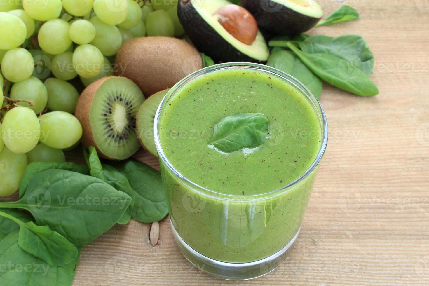 frullato verde ricco di fibre alimentari foto