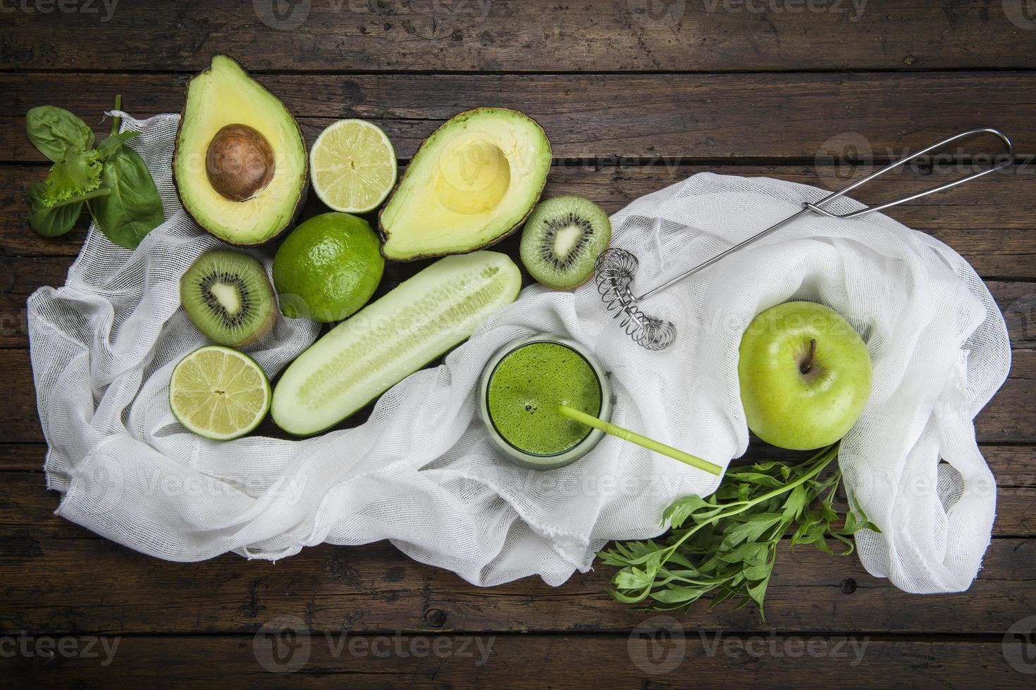 frutta e verdura con un bicchiere di frullato verde foto