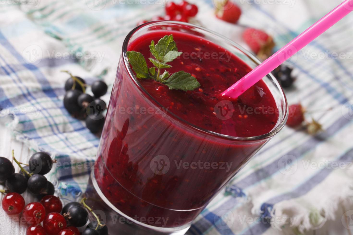 deliziosi frullati con frutti di bosco freschi in un primo piano di vetro. hori foto