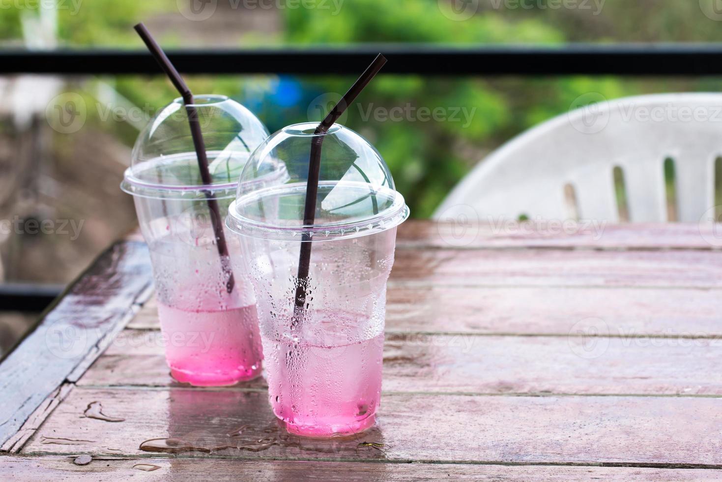 bicchiere di plastica in caffetteria foto