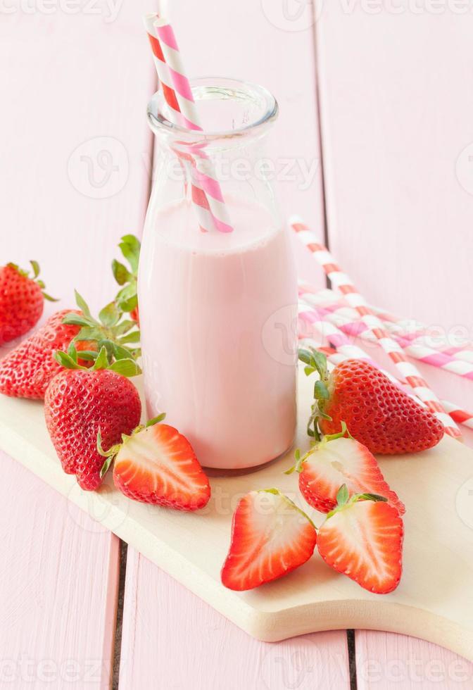 latte con fragole fresche foto