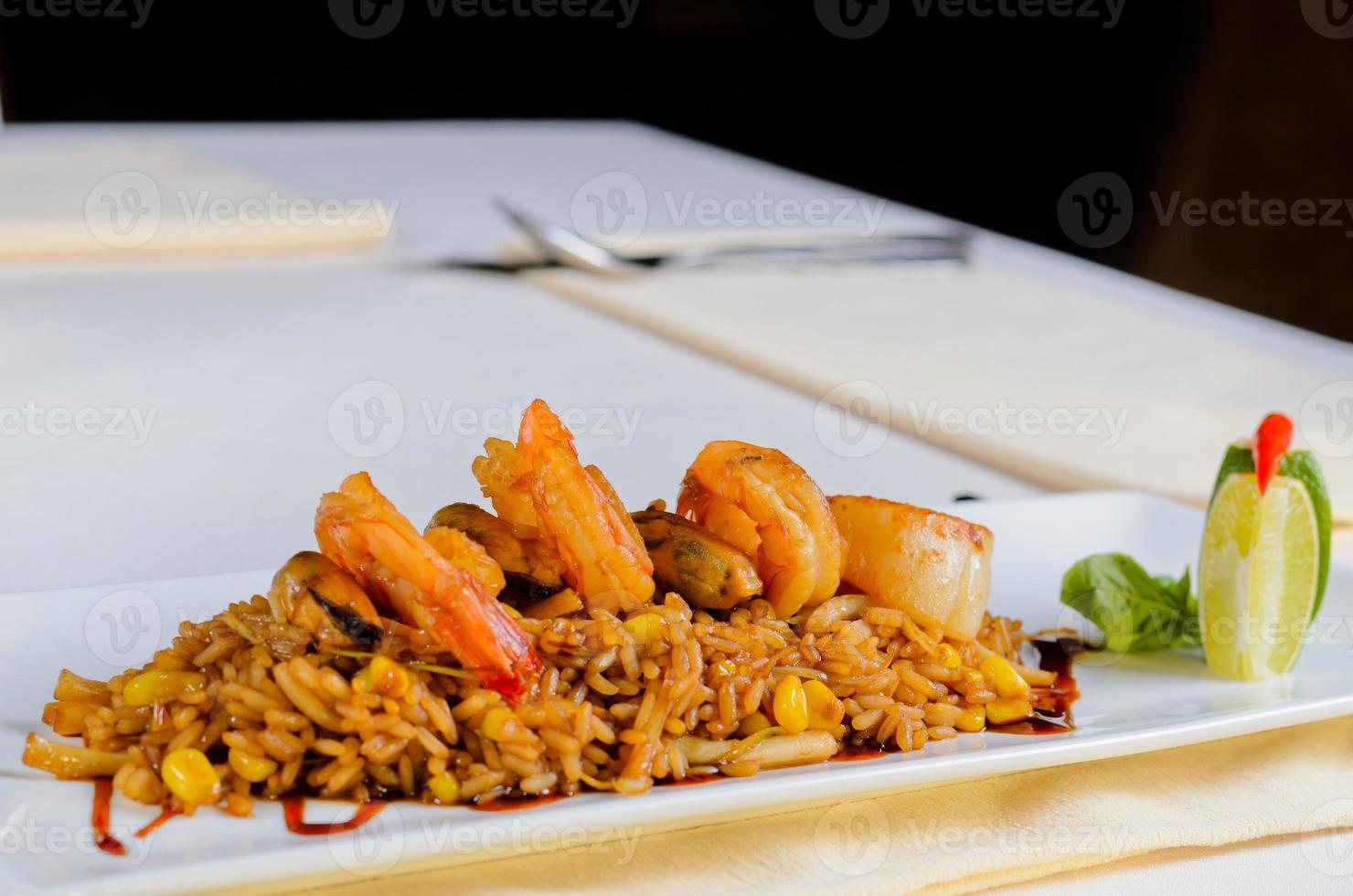 ricetta di risotto gourmet lemony sul piatto bianco foto