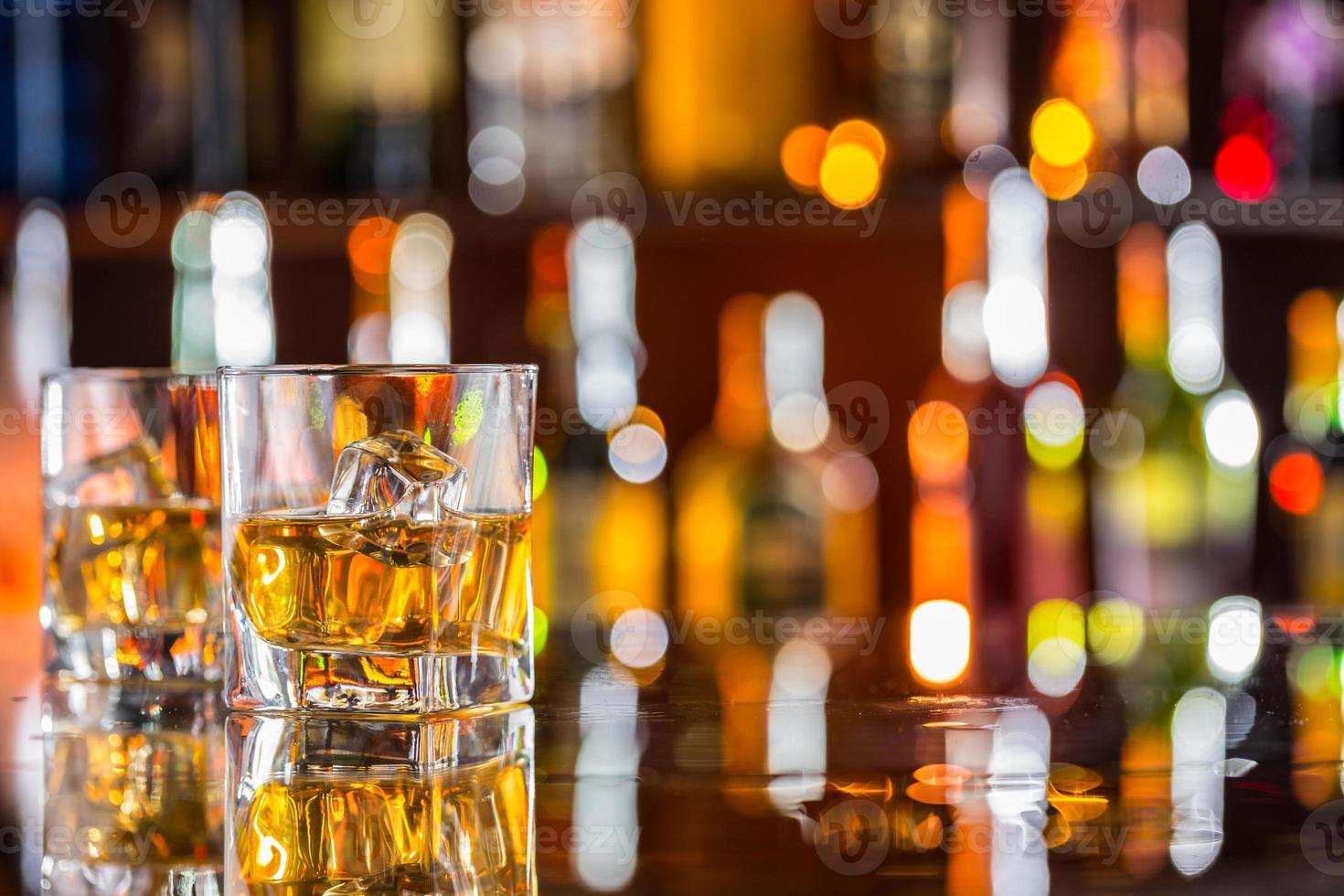 bevande al whisky sul bancone del bar foto