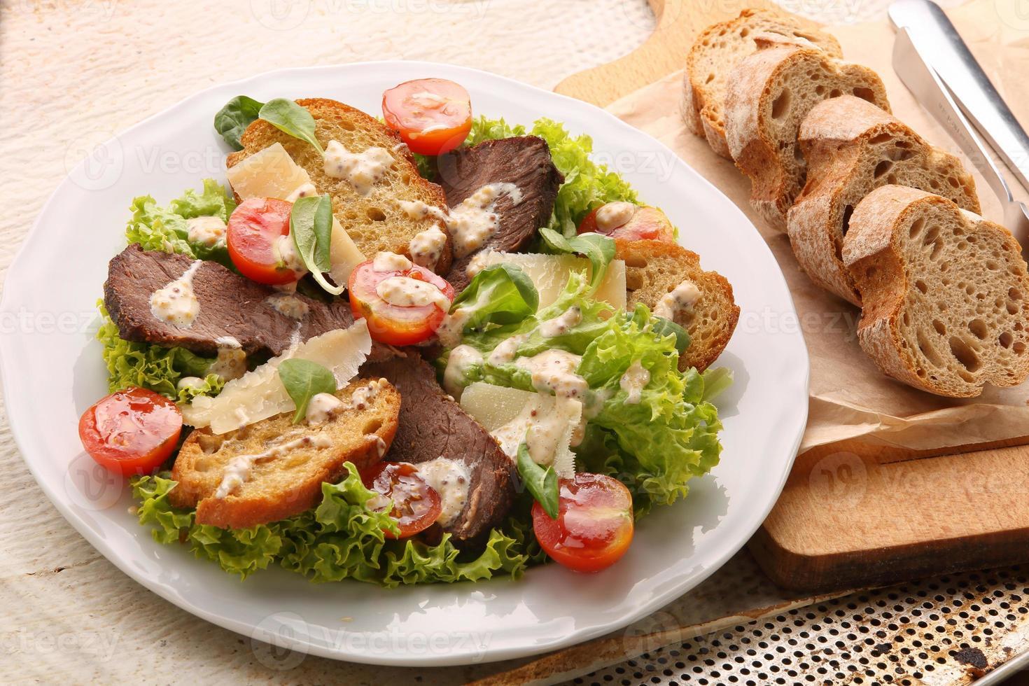 toast con formaggio arrosto di manzo e verdure fresche di primavera foto