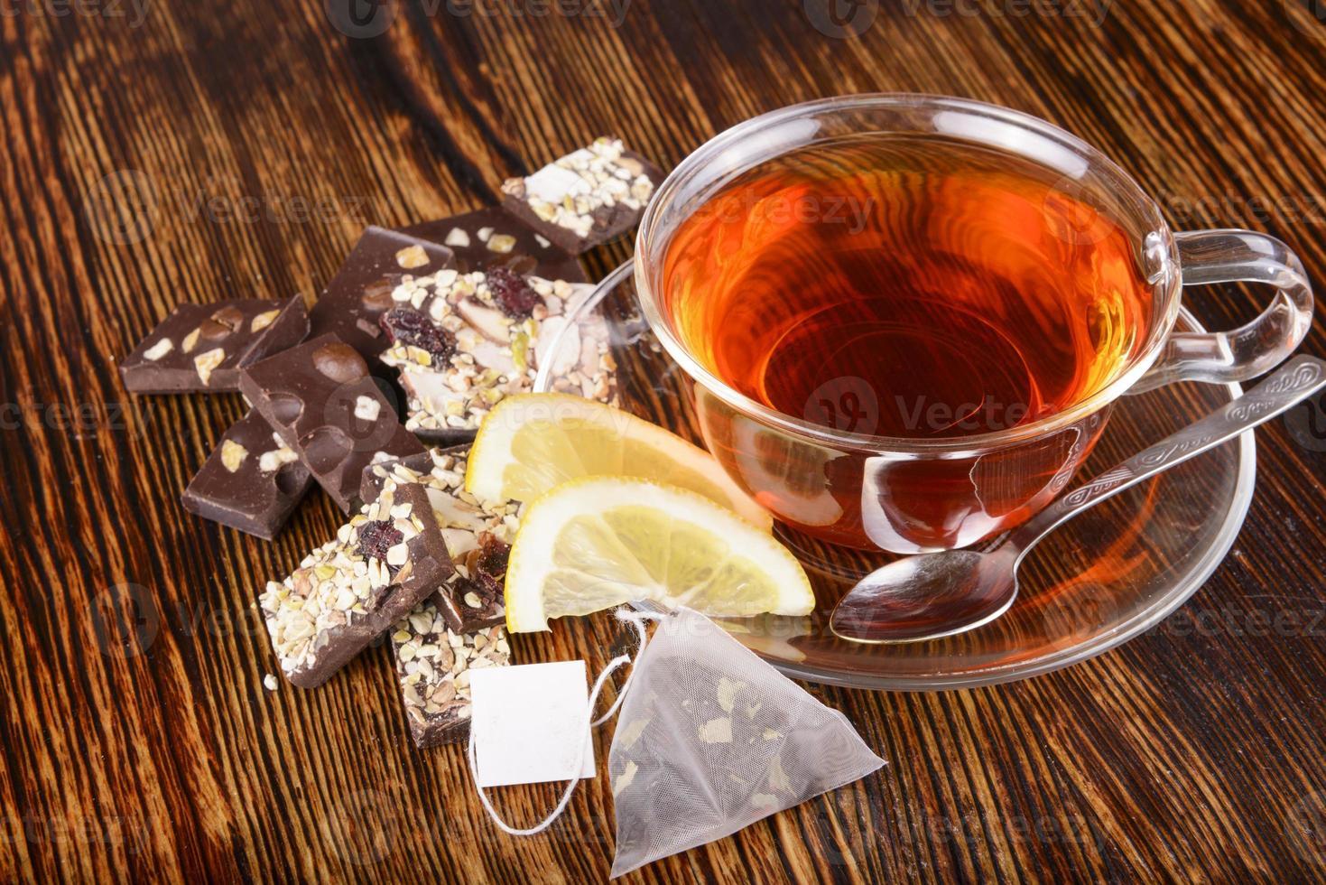 tazza di tè al limone su fondo di legno foto