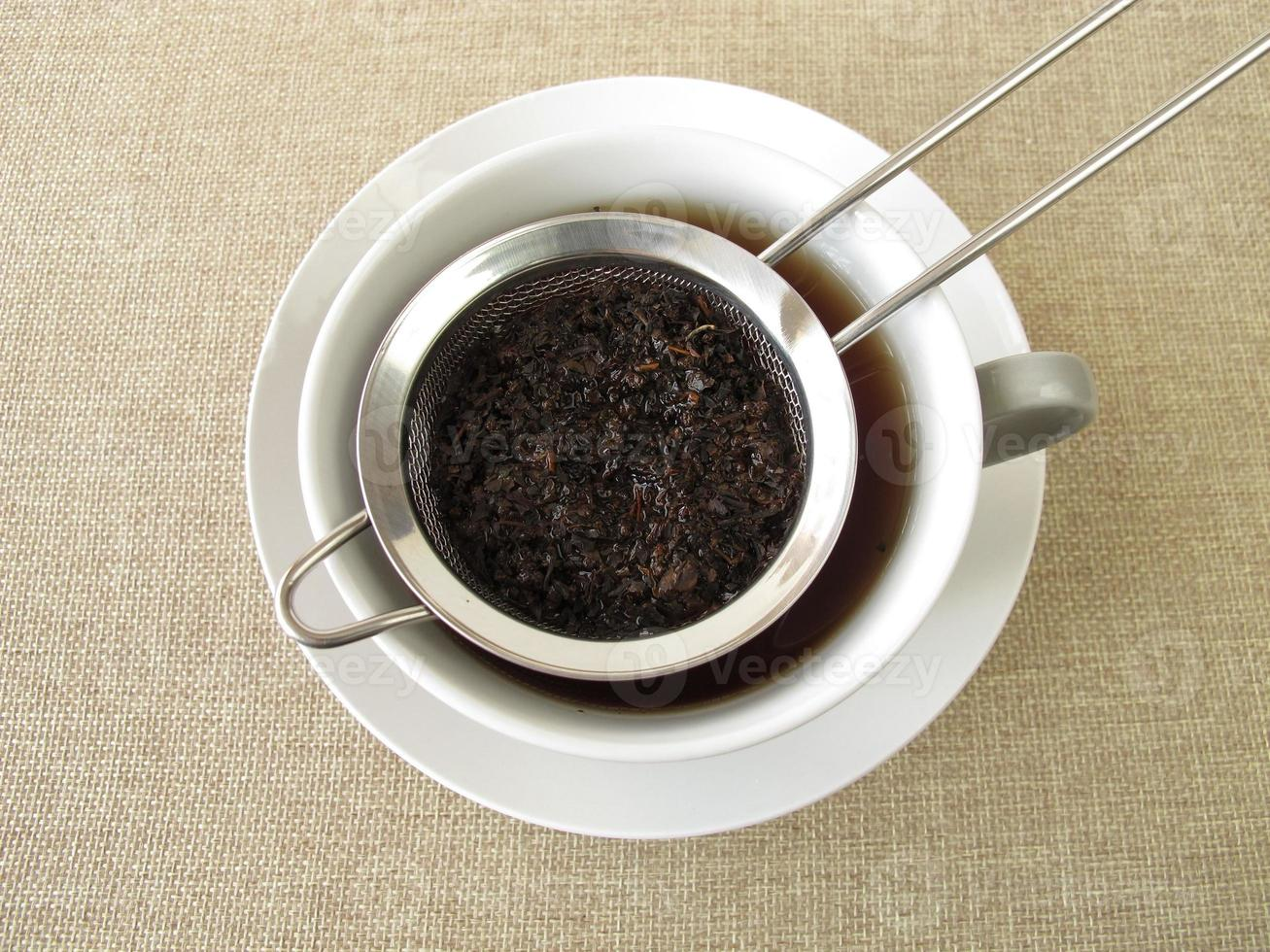 tè nero in colino da tè foto