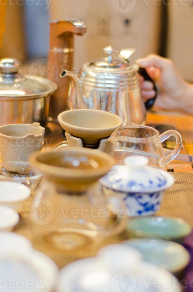 cinese che serve il tè in una casa da tè (1) foto
