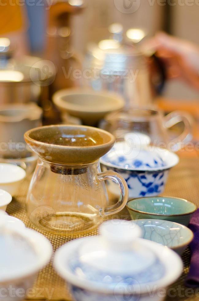cinese che serve il tè in una casa da tè (2) foto