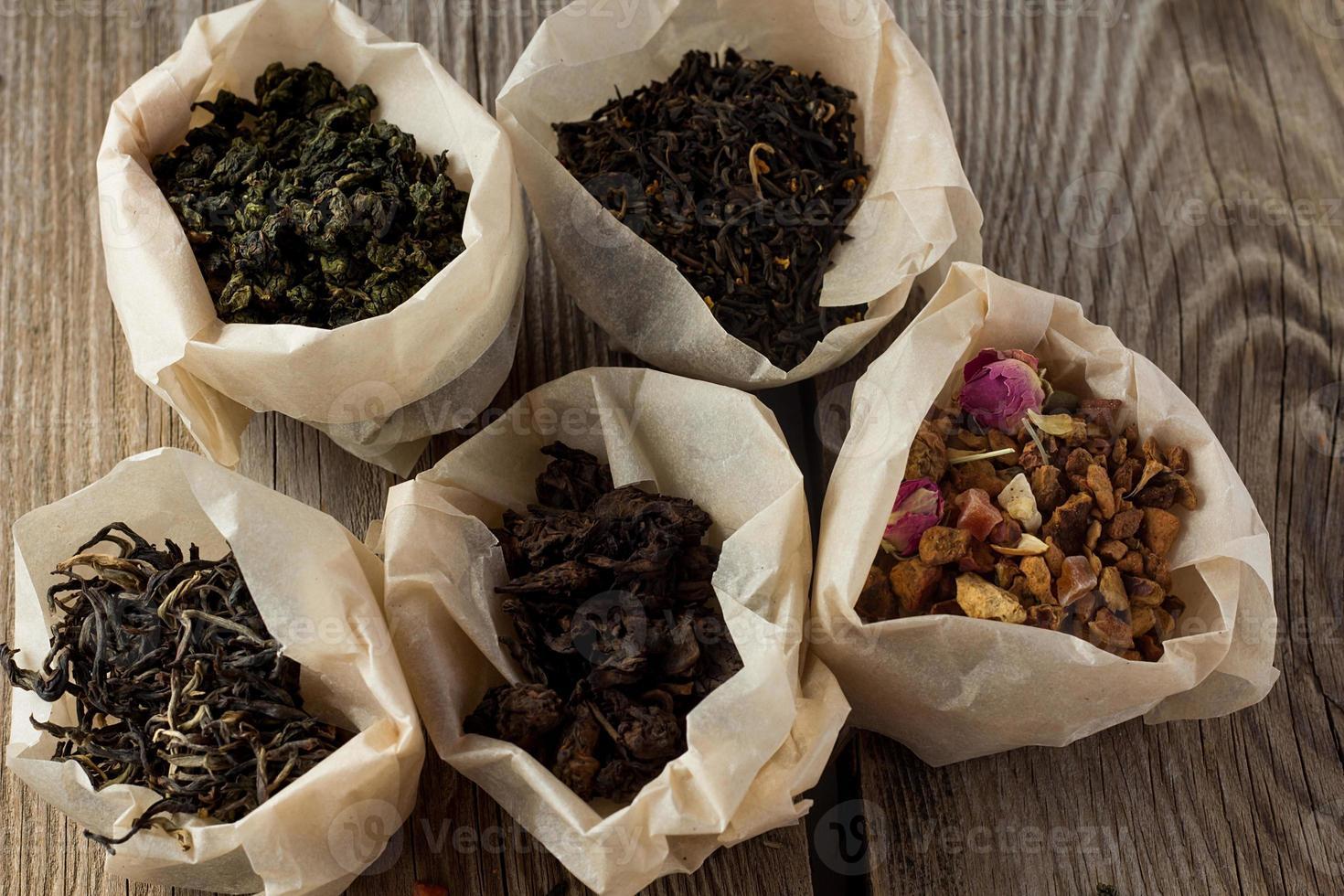 diversi tipi di tè in sacchetti di carta foto