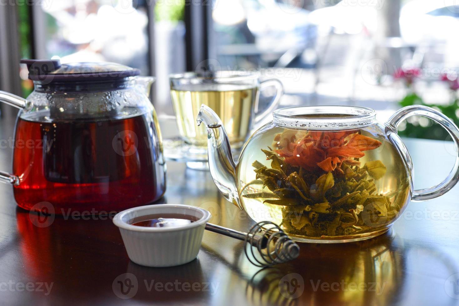 tre fiori hanno scoppiato il tè foto