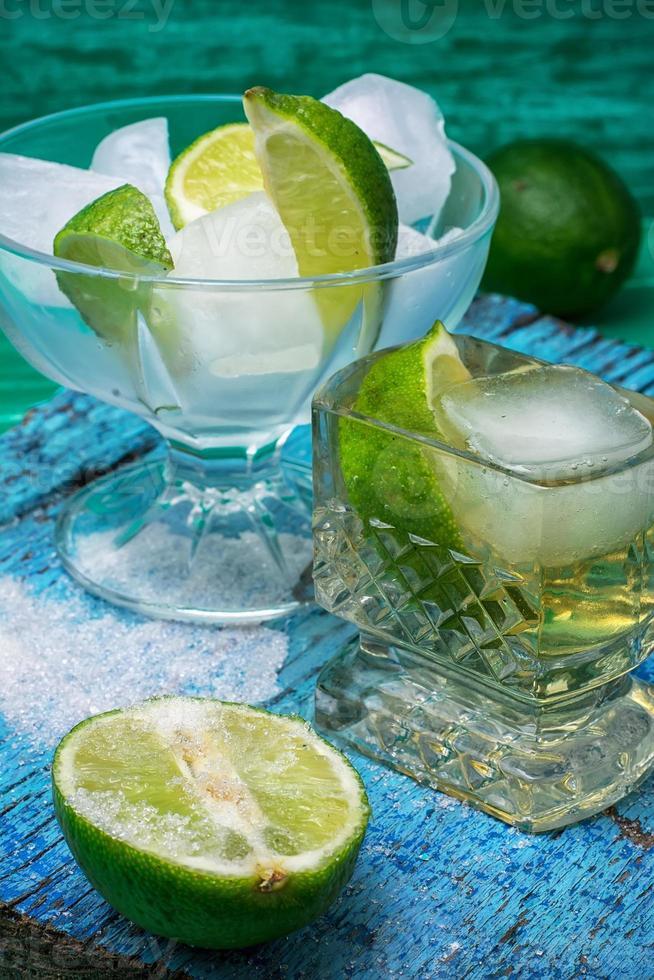 cocktail alcolico con aggiunte di lime foto