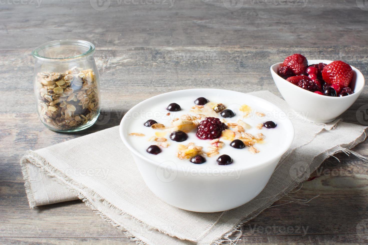 yogurt naturale con frutti di bosco freschi foto