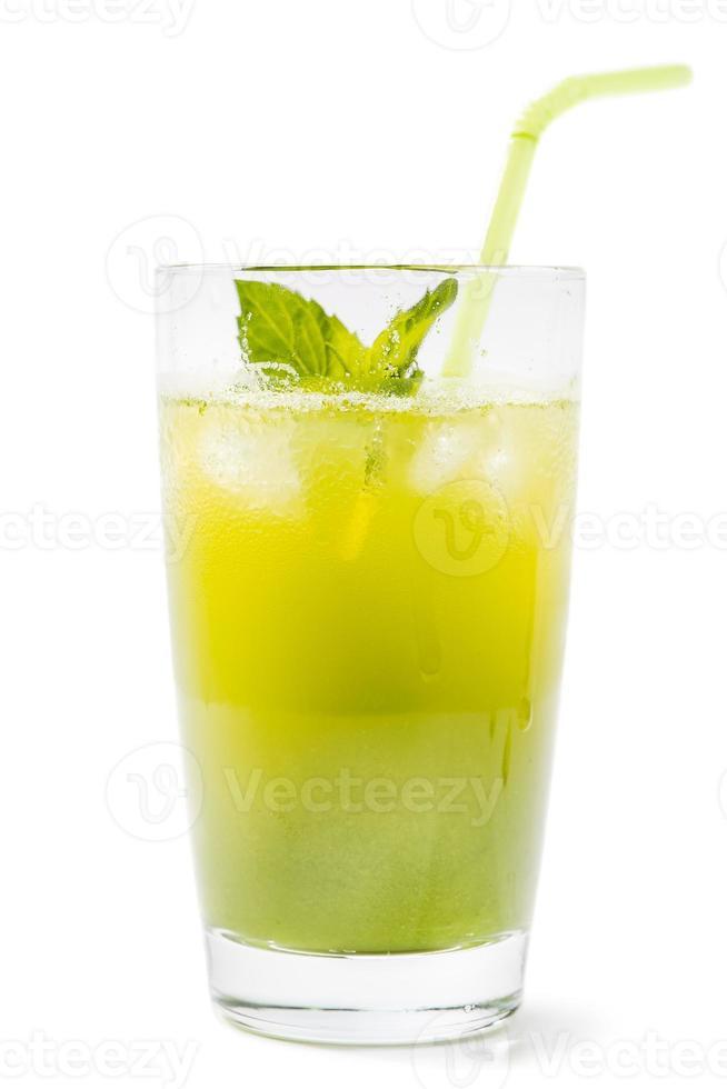 bicchiere di succo di kiwi fresco isolato su sfondo bianco foto