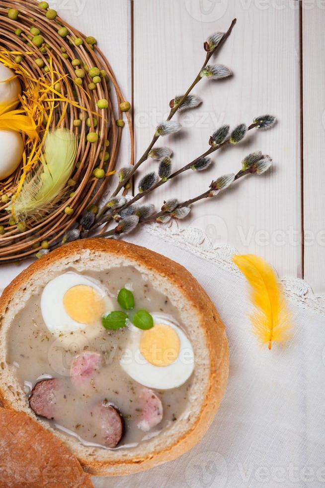 decorazione primaverile con borscht bianco sul tavolo foto