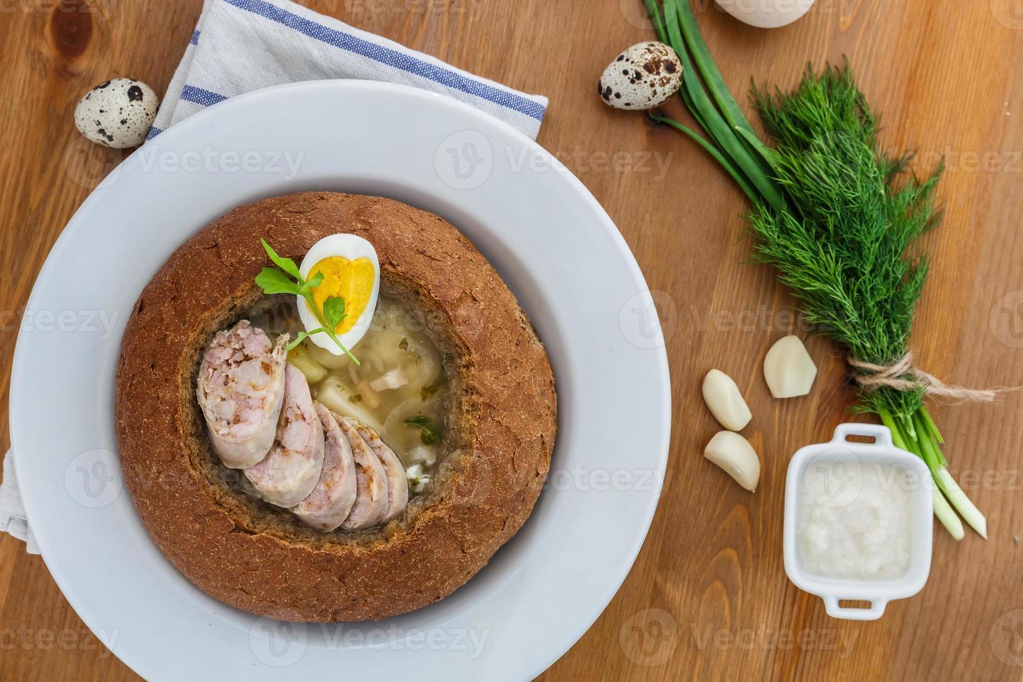 borscht bianco tradizionale con salsiccia, uovo nel pane foto