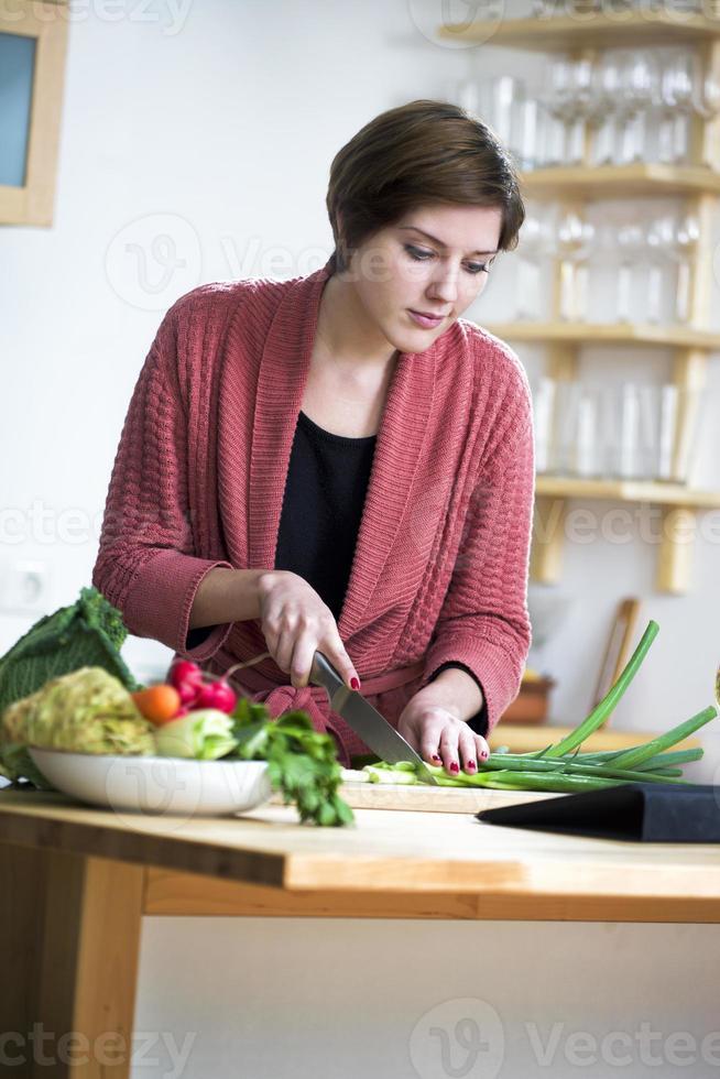 giovane donna che guarda una ricetta online foto