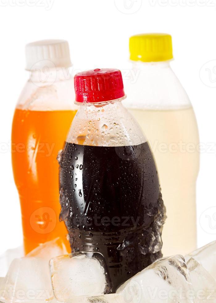 bottiglie fredde di soda nel ghiaccio foto