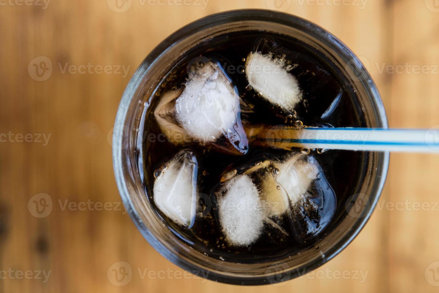 soda con ghiaccio e paglia foto