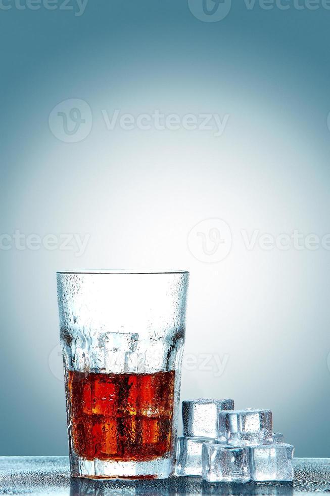 bicchiere di cola con cubetti di ghiaccio foto