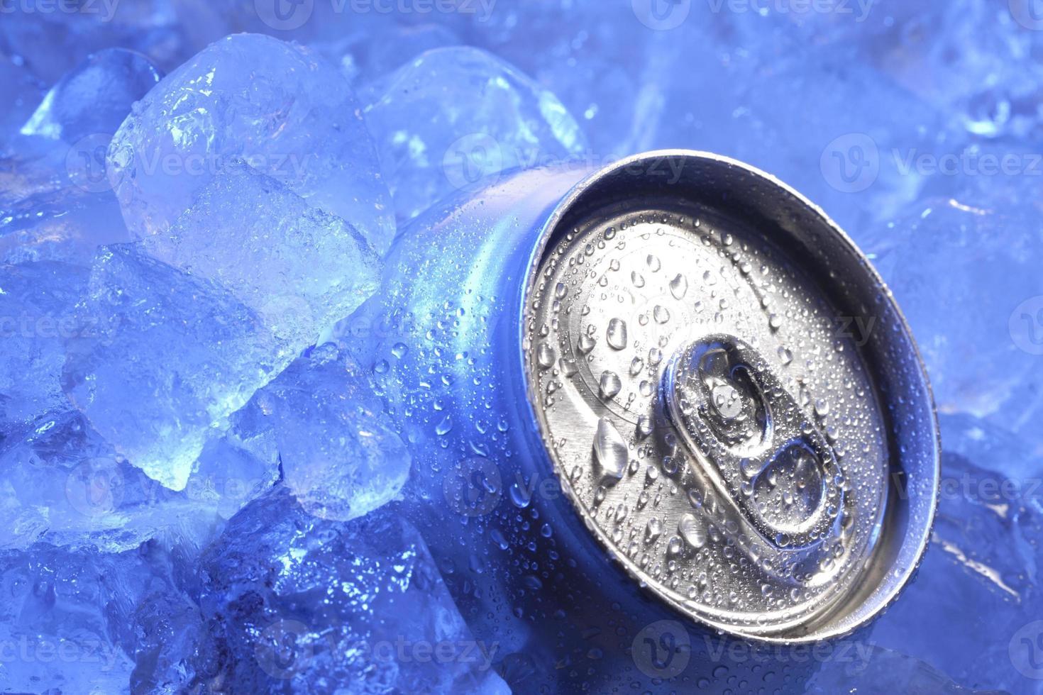 lattina di birra nel ghiaccio foto