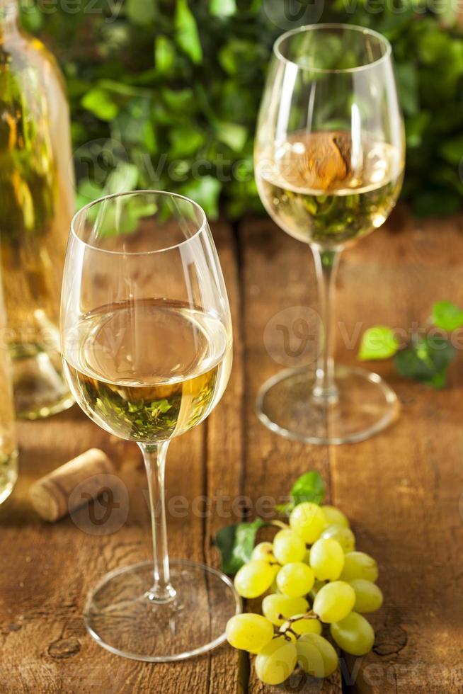 vino bianco rinfrescante in un bicchiere foto