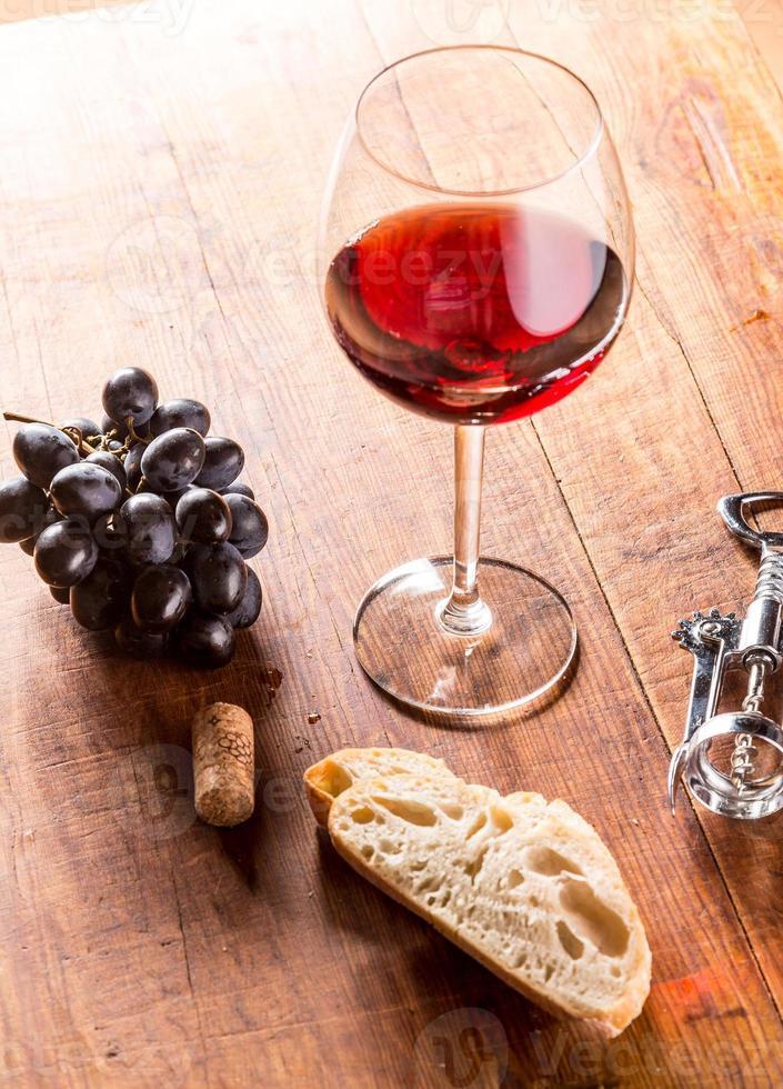 vino rosso su sfondo di legno foto