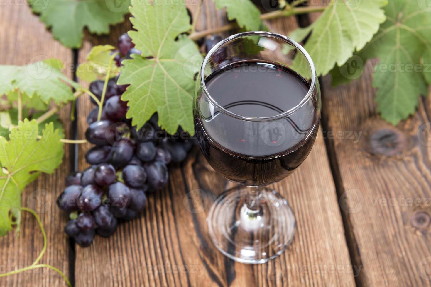 bicchiere con vino rosso foto