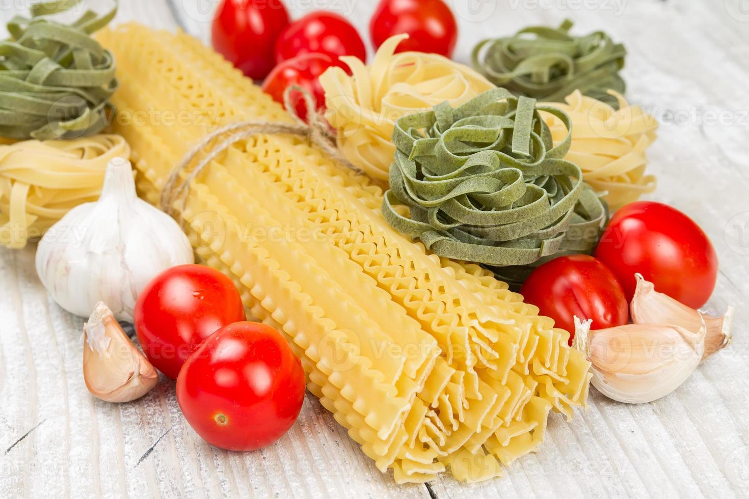 tagliatelle, pomodori e aglio foto