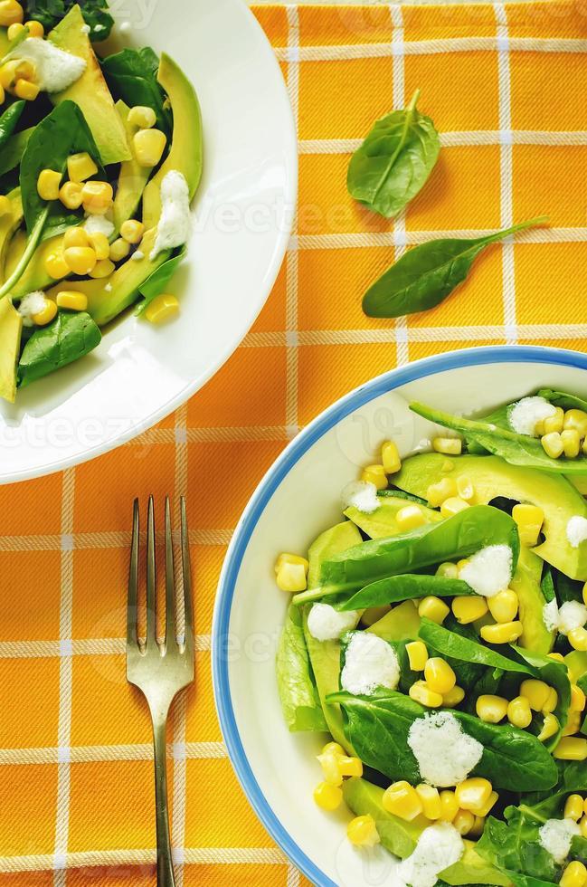 insalata con mais, spinaci e avocado foto