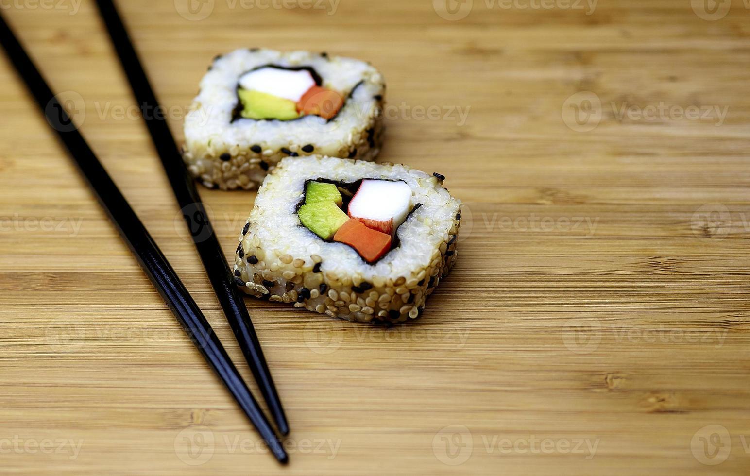 sushi di riso integrale con le bacchette foto