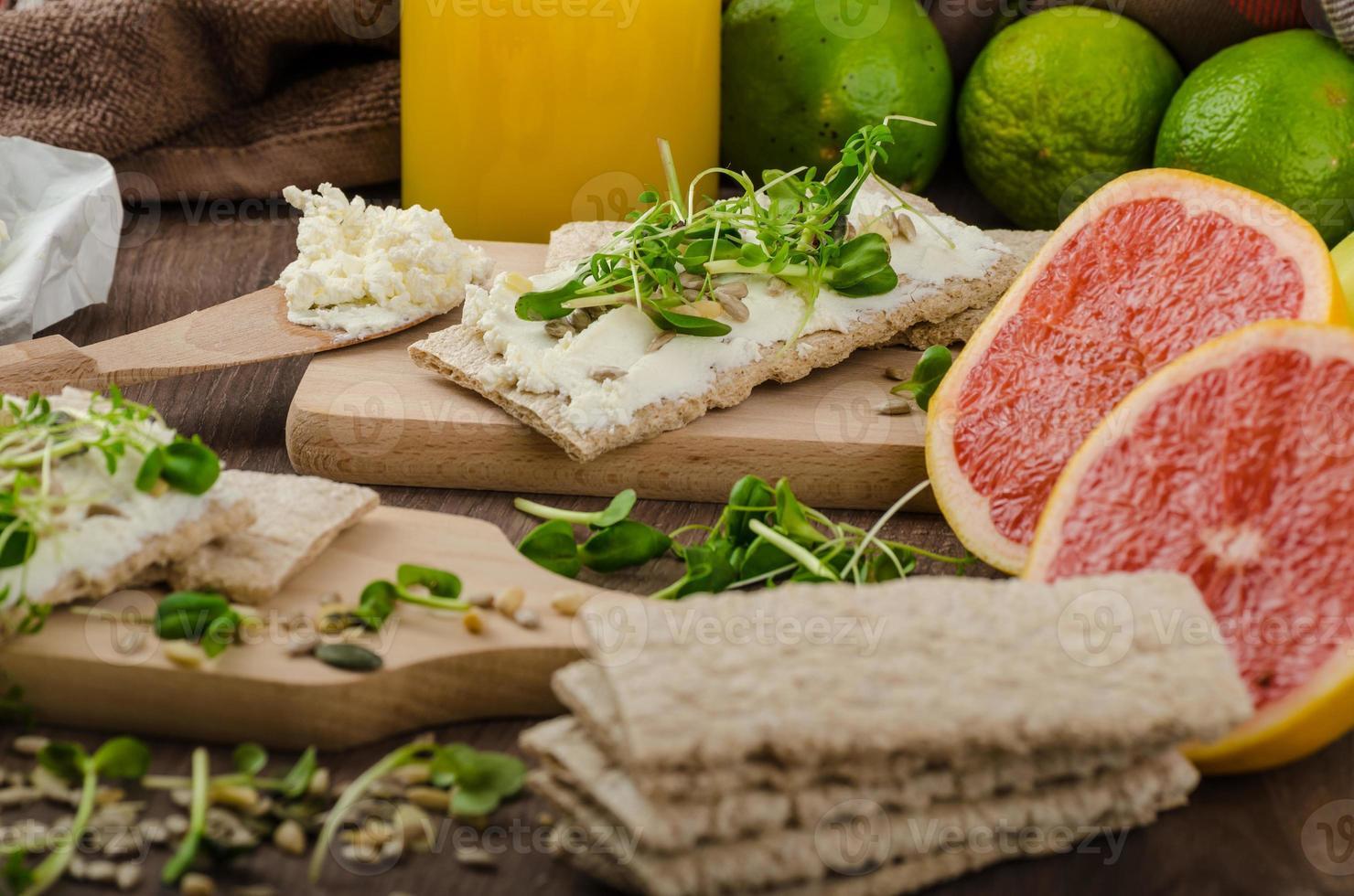 colazione salutare, pane croccante con crema di formaggio biologico foto