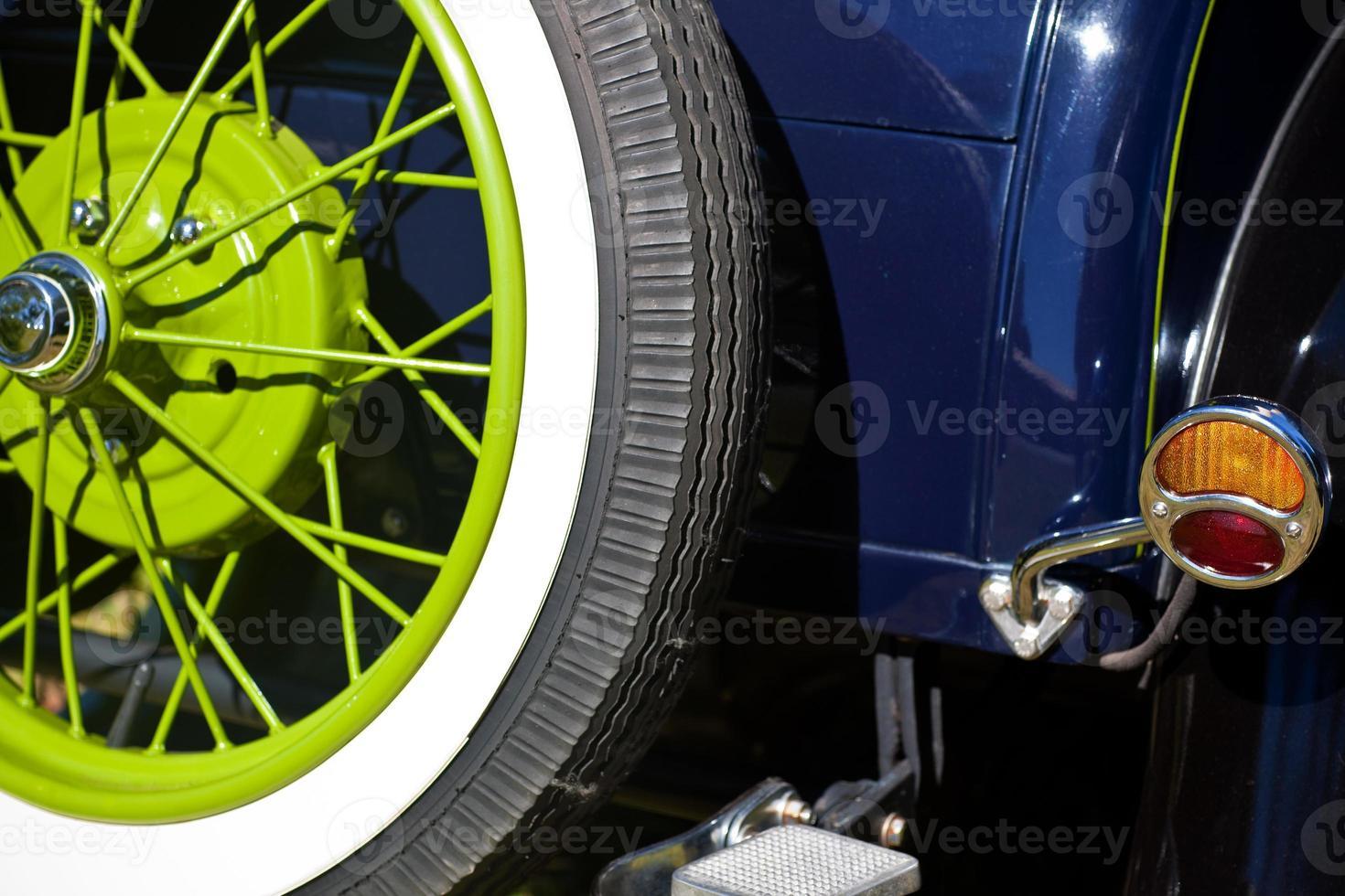ruota verde di ricambio vintage dettaglio automobile 1920 vista posteriore foto