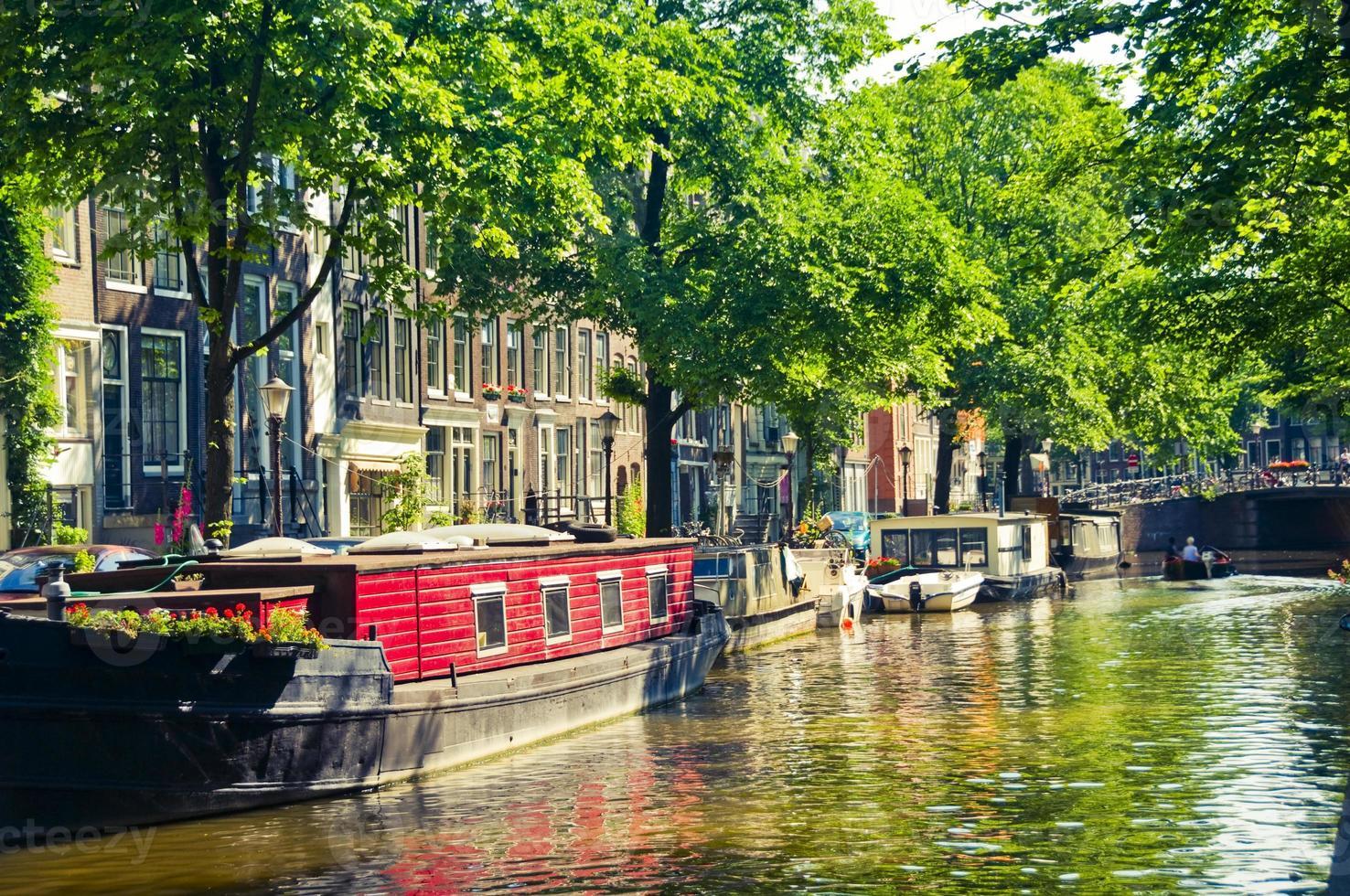 barche sul canale di amsterdam foto